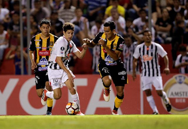 Soccer Football - Paraguay's Libertad v Bolivia's The Strongest - Copa Libertadores - Nicolas Leoz Stadium, Asuncion, Paraguay - April 3, 2018 - Gabriel Valverde (22) of The Strongest and Libertad's Ivan Franco (10) in action. REUTERS/Jorge Adorno