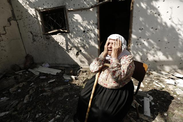 A Palestinian woman cries after an Israeli military strike hit a house in the northern Gaza town of Jabalia, on August 3, 2014 (AFP Photo/Mohammed Abed)