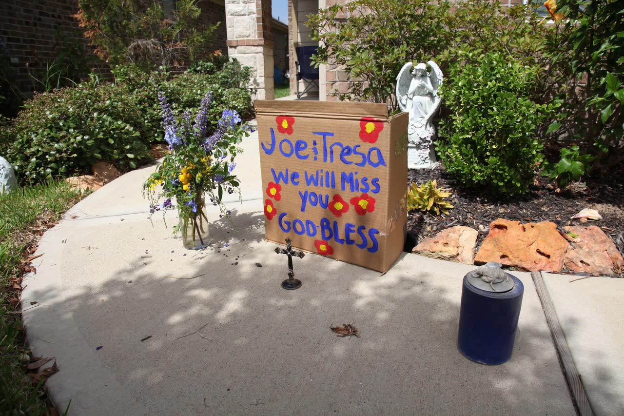 <p>An impromptu memorial stands outside the home of Tresa and Joe Owens in Brookshire, Texas, on Monday, Aug. 1, 2016. (AP Photo/John Mone)</p>
