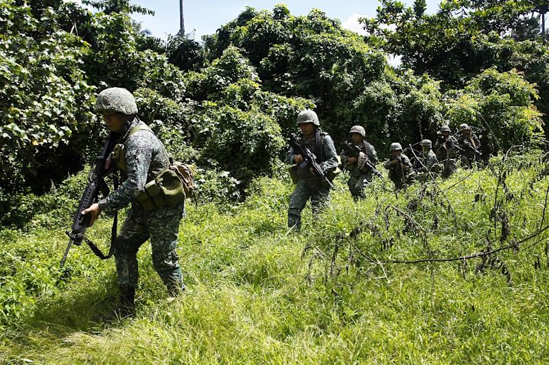 Philippine marines conduct a clearing operation in Palimbang town, Sultan Kudarat province, on Mindanao on November 28, 2015 (AFP Photo/Mark Navales)