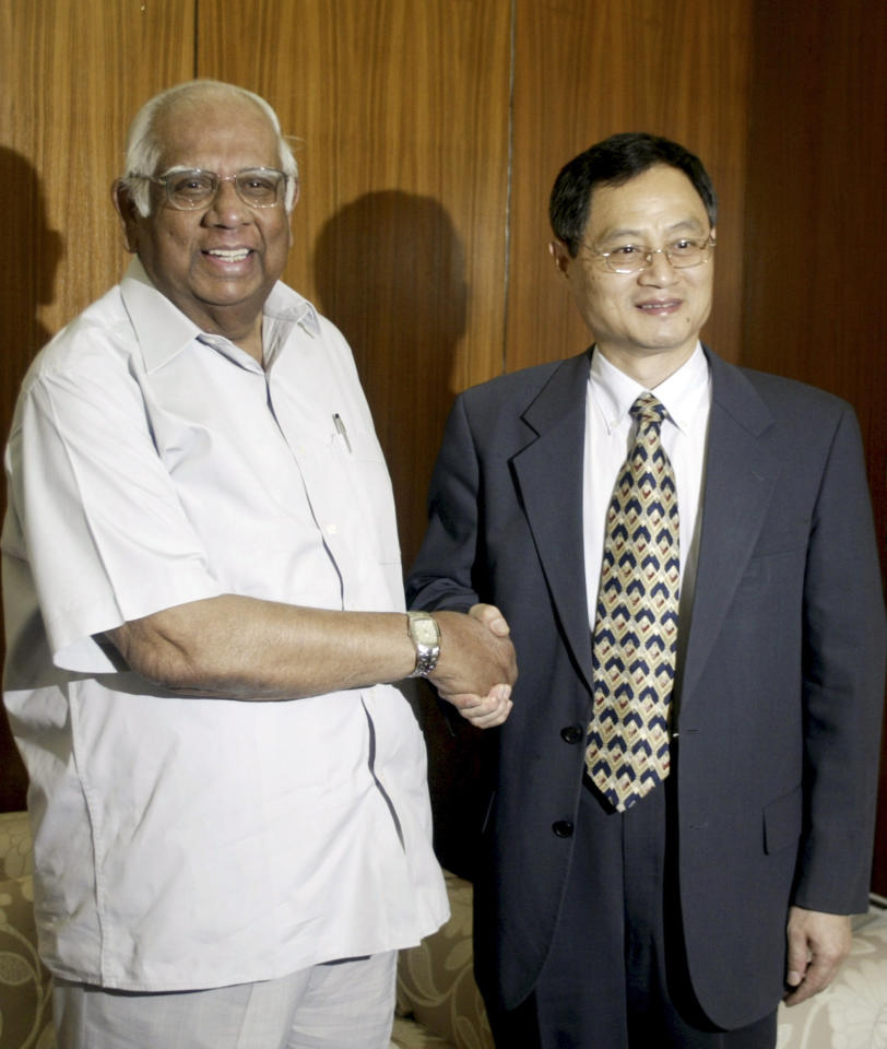 <p>Speaker of the Lower House of Indian Parliament, Somnath Chatterjee shakes hands with former China's ambassador to India, Zhang Yan, at the former's residence in New Delhi, India, Thursday, April 10, 2008. (AP Photo/Mustafa Quraishi) </p>