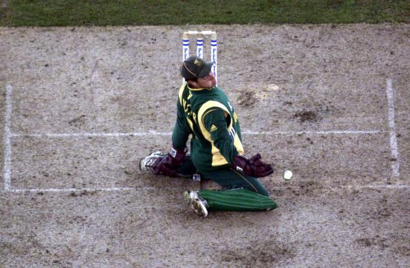 16 Aug 2000:   Mark Boucher of South Africa slides as he takes the return, in the match between Australia and South Africa, in game one of the Super Challenge 2000, played at Colonial Stadium in Melbourne, Australia. This is the first game of cricket tobe played indoors. DIGITAL IMAGE Mandatory Credit: Sean Garnsworthy/ALLSPORT