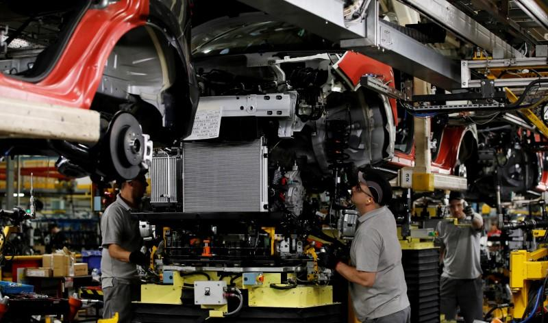 UK car industry calls for tariff-free deal with EU as output slumps