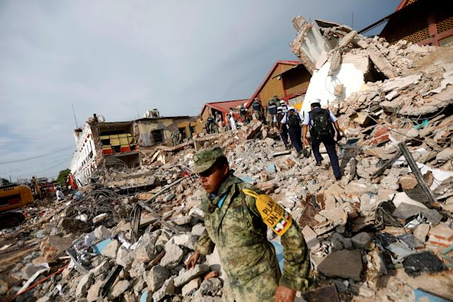 <p>Soldiers work to remove the debris of a house destroyed in an earthquake that struck off the southern coast of Mexico late on Thursday, in Juchitan, Mexico, Sept. 8, 2017. (Photo: Edgard Garrido/Reuters) </p>