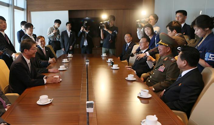 Visiting North Korean officials, Kim Yang-Gon (3rd R), Hwang Pyong-So (2nd R) and Choe Ryong-Hae (R) attend at a meeting with South Korean Unification Minister Ryoo Kihl-Jae (L), at a hotel in Incheon, west of Seoul, on October 4, 2014 (AFP Photo/-)