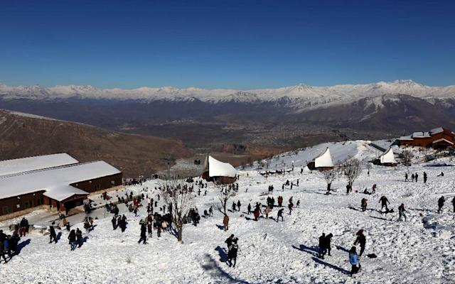 Tourists play with snow at the Korek Mountain resort near the city of Rawanduz in the Arbil Governorate of Iraqi Kurdistan, on February 3, 2017 (AFP Photo/Safin HAMED)