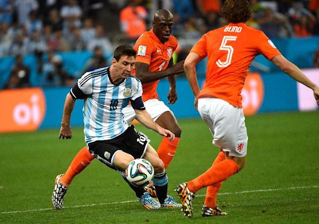Argentina's Lionel Messi (L) controls the ball during his team's World Cup semi-final against the Netherlands at The Corinthians Arena in Sao Paulo on July 9, 2014 (AFP Photo/Pedro Ugarte)