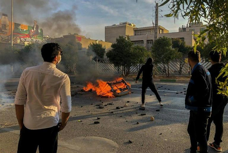 Iranian protesters block a road during a demonstration against an increase in gasoline prices in the central city of Shiraz on November 16, 2019 (AFP Photo/-)