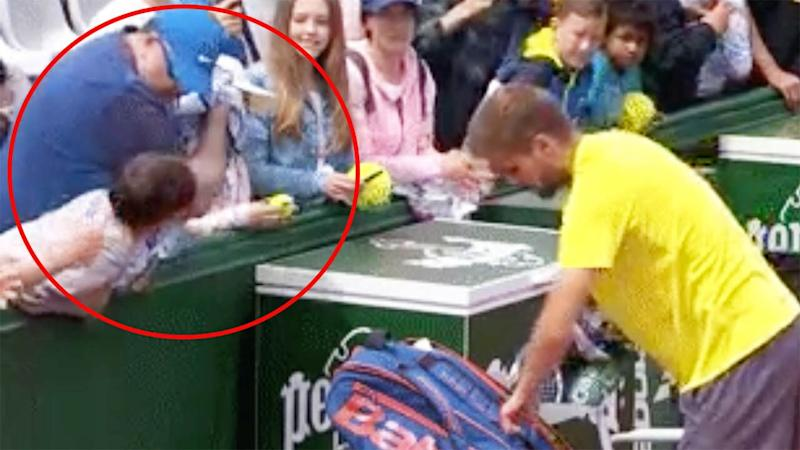 The male fan snatched the towel away from the boy. Image: Double Fault/Twitter