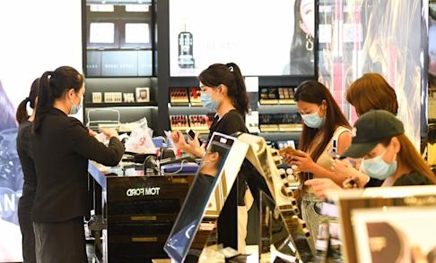Customers shop at a duty-free shop in Haikou on July 12, 2020. Photo: Xinhua