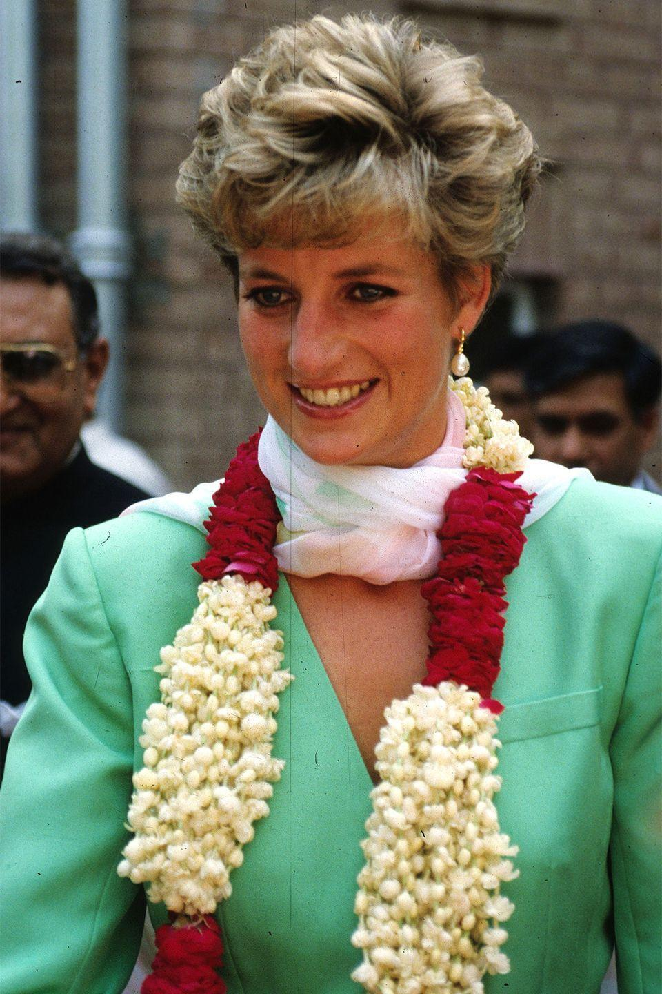 <p>Wearing a floral arrangement during her official visit to Lahore, Pakistan. </p>