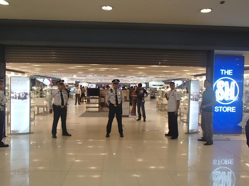 Scene at Megamall, minutes after the robbery at a jewelry store. (Photo by Rio Ribaya)