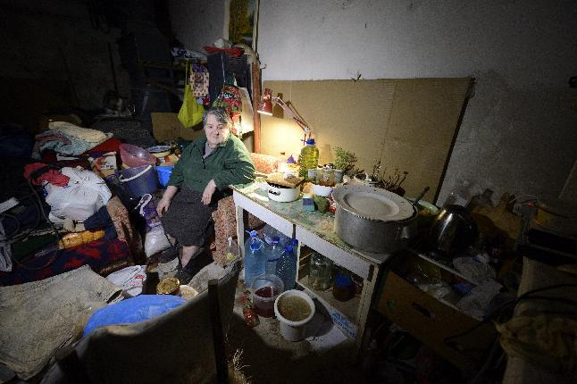A woman takes shelter in the cellar of her building in Kievskiy district, which is often shelled, in the pro-Russian rebel-controlled eastern Ukrainian city of Donetsk, on December 10, 2014 (AFP Photo/Eric Feferberg)
