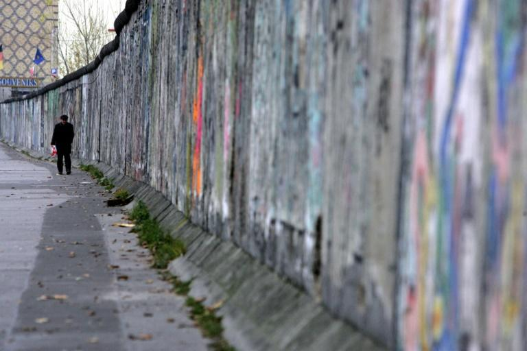 Filer of the Berlin Wall on the eastern side from 09/12/04