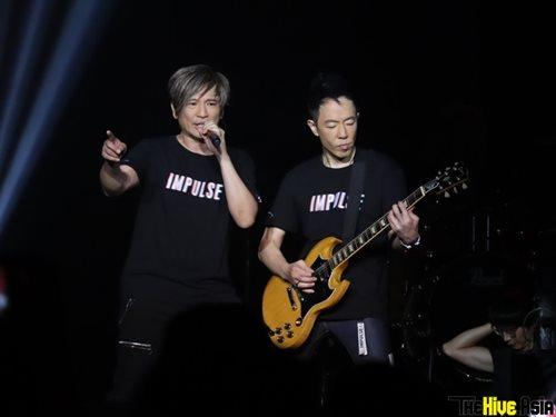 Wing and Paul donned matching black shirts during the encore.