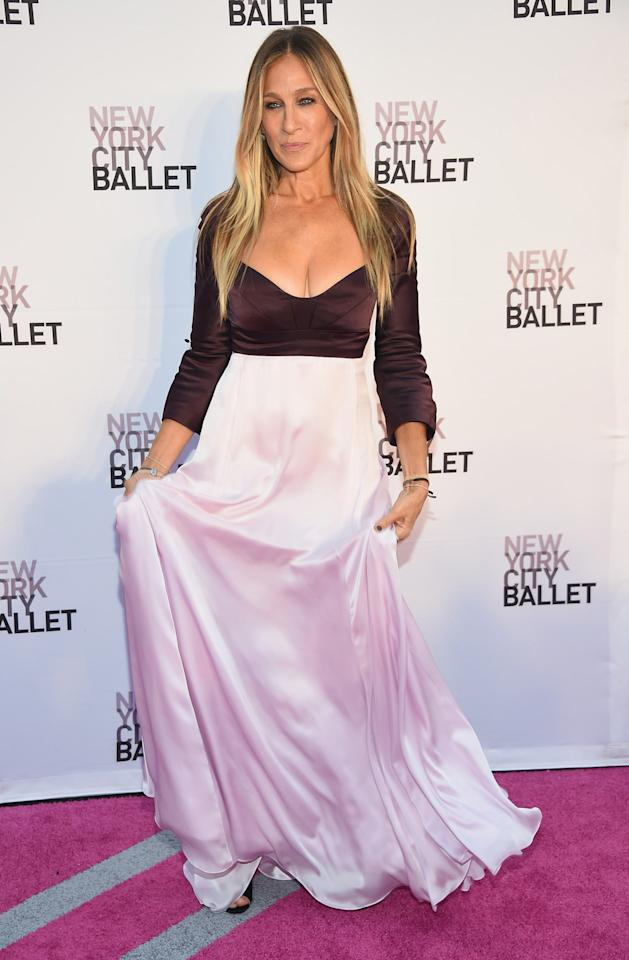 <p>Clad in a two-tone satin dress, SJP looked as glamorous as always at the ballet's fall gala.<i> [Photo: Getty]</i></p>