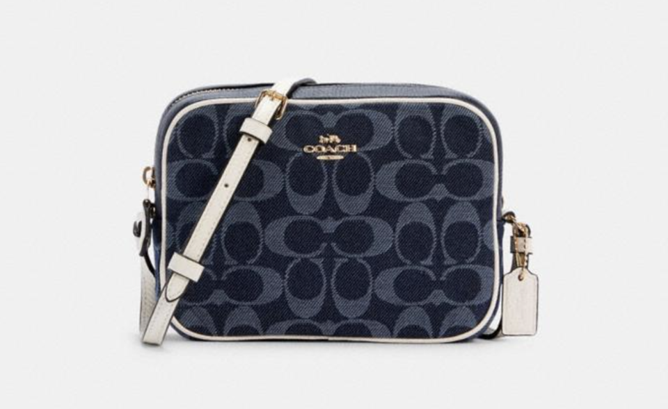 Mini Camera Bag In Signature Jacquard. Foto: Coach Outlet.