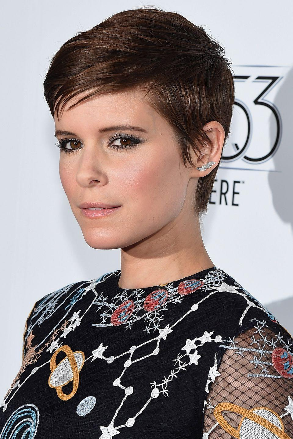 <p>Actress Kate Mara's deep side-parted pixie can be grown-out with ease.</p>