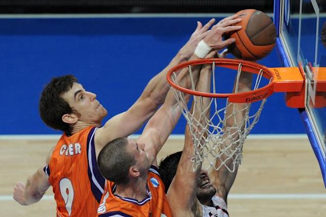 Valencia's Victor Claver (L) and Nik Caner-Medley (C) vies with Vilnius Lietuvos Rytas's Predrag Samardziski during an Eurocup semi-final basketball match between Valencia and Lietuvos Rytas in Khimki, outside Moscow, on April 14, 2012. AFP PHOTO / KIRILL KUDRYAVTSEV