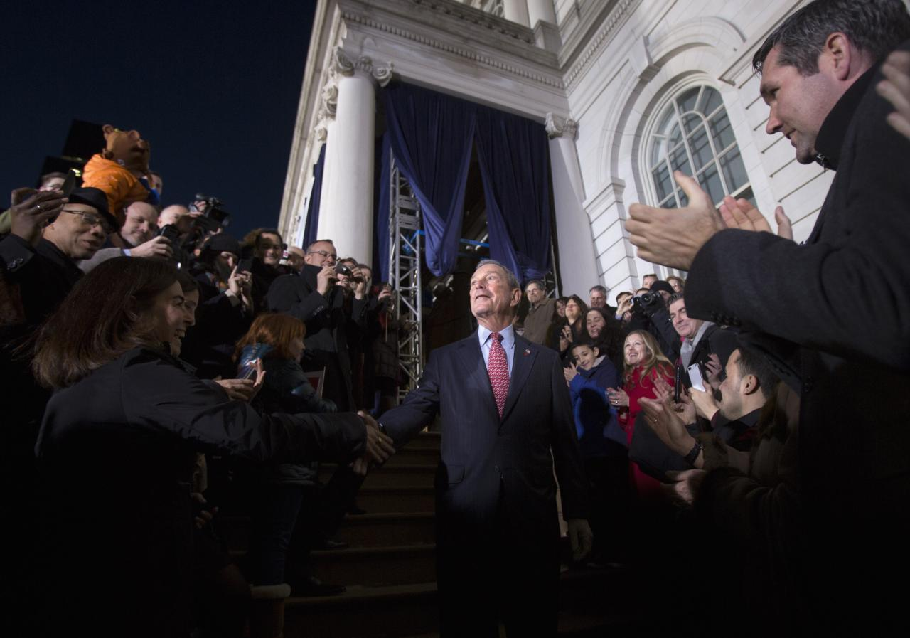 Outgoing mayor Michael Bloomberg walks through the crowd outside City Hall as he leaves for last time as Mayor of New York, on New Year's Eve in New York, December 31, 2013. REUTERS/Carlo Allegri (UNITED STATES - Tags: SOCIETY ANNIVERSARY POLITICS)