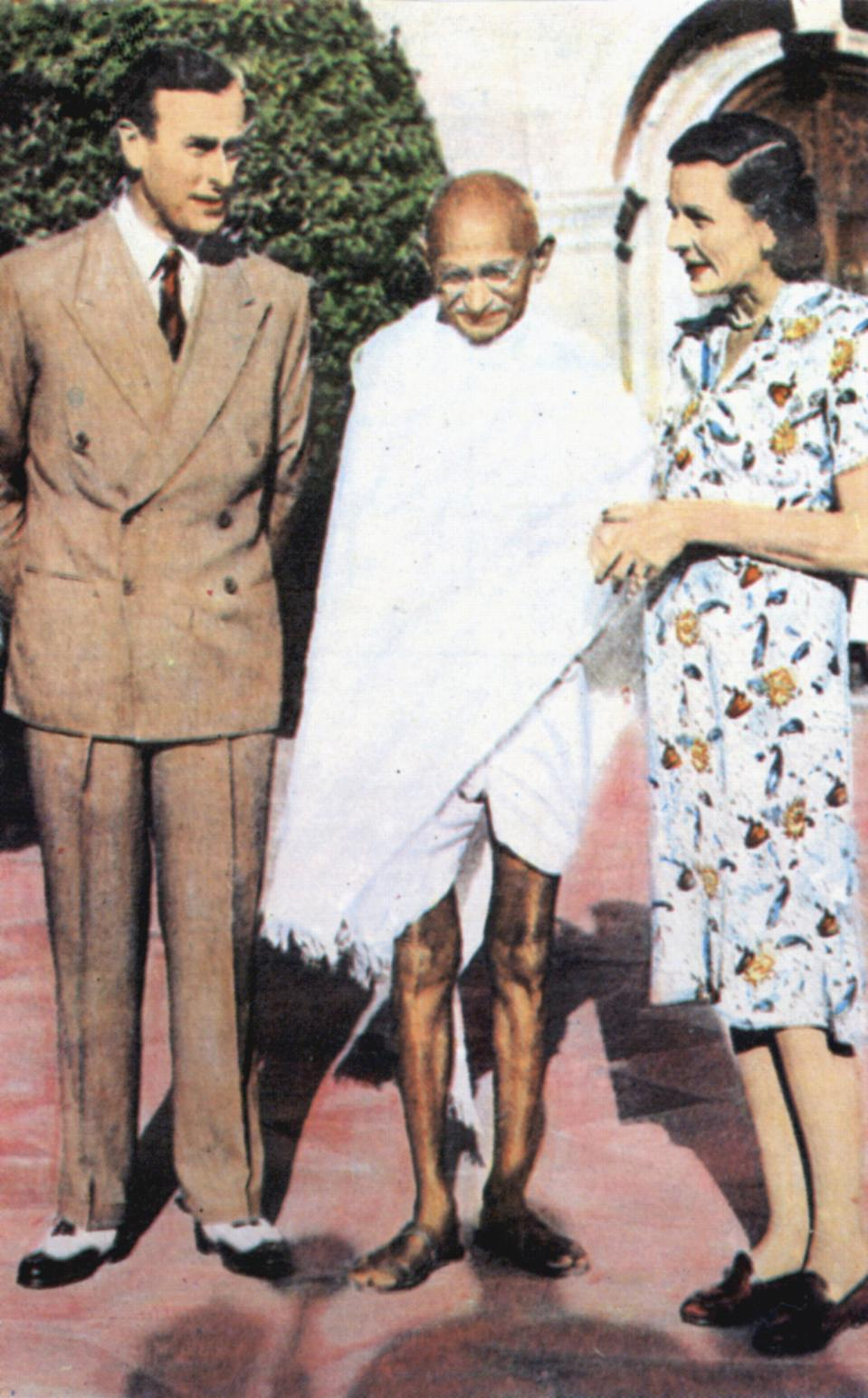 Mohondas Karamchand Gandhi (1869-1948), known as Mahatma (Great Soul). Indian Nationalist leader. Here he stands between Lord and Lady Mountbatten. (Photo by: Universal History Archive/Universal Images Group via Getty Images)