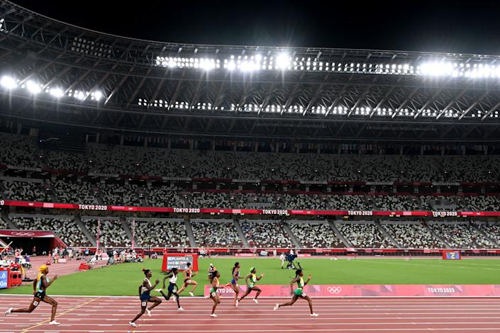 <p>TOPSHOT - Jamaica's Elaine Thompson-Herah (R) competes to win the women's 200m final during the Tokyo 2020 Olympic Games at the Olympic Stadium in Tokyo on August 3, 2021. (Photo by Charly TRIBALLEAU / AFP) (Photo by CHARLY TRIBALLEAU/AFP via Getty Images)</p>