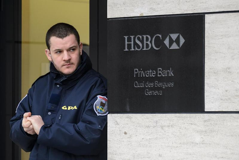 A private security guard at the entrance of the HSBC Private Bank branch in Geneva, Switzerland, on February 18, 2015 (AFP Photo/Fabrice Coffrini)