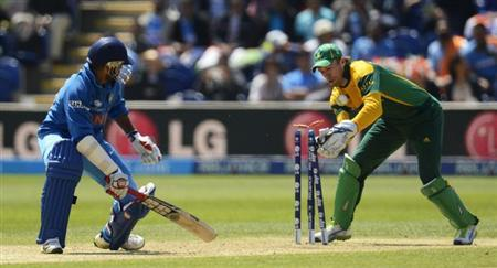South Africa's A B de Villiers (R) loses control of the ball and fails to stump India's Shikhar Dhawan during the ICC Champions Trophy group B match at Cardiff Wales Stadium in Cardiff, Wales June 6, 2013. REUTERS/Philip Brown