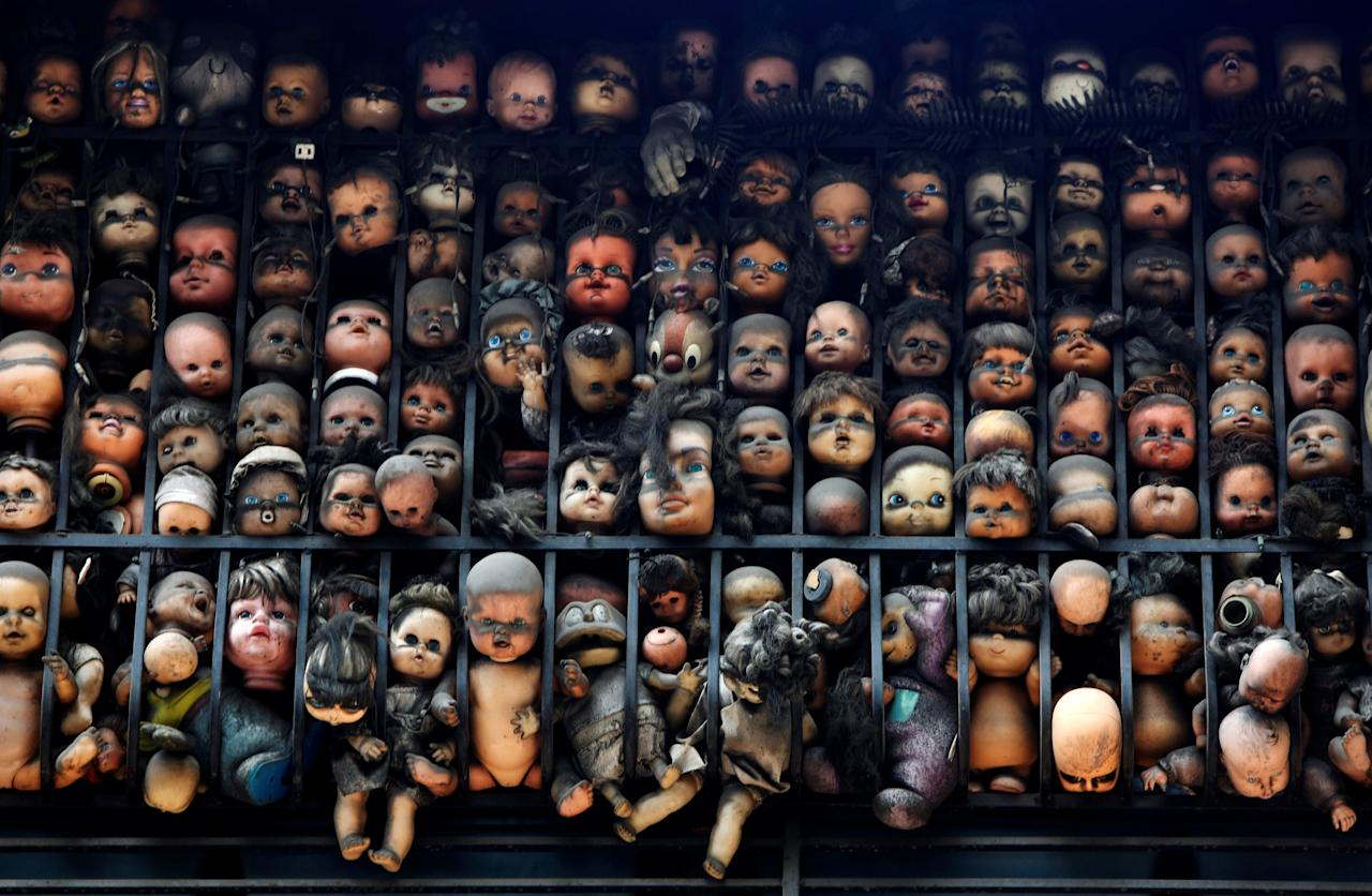 Dolls are seen on the balcony of artist and collector Etanis Gonzalez in Caracas, Venezuela, July 16, 2016. Picture taken July 16, 2016. REUTERS/Carlos Jasso       TPX IMAGES OF THE DAY