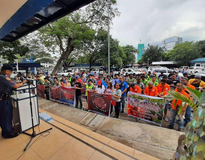 Cops, soldiers hold 'rally' vs. Reds