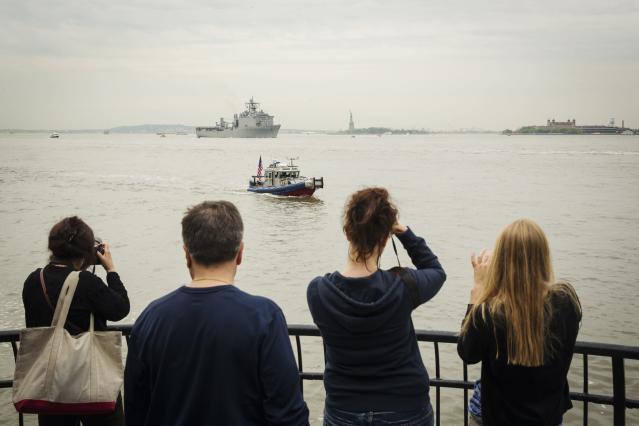 Spectators watch from Battery Park as the USS Oak Hill, a Harpers Ferry-class dock landing ship of the United States Navy, arrives in New York Harbor for Fleet Week in New York, May 21, 2014. REUTERS/Lucas Jackson (UNITED STATES - Tags: SOCIETY MILITARY TPX IMAGES OF THE DAY)