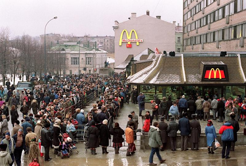 File picture taken on January 31, 1990 shows customers standing in line outside the just opened first McDonald's in the Soviet Union on Moscow's Pushkin Square (AFP Photo/Vitaly Armand)