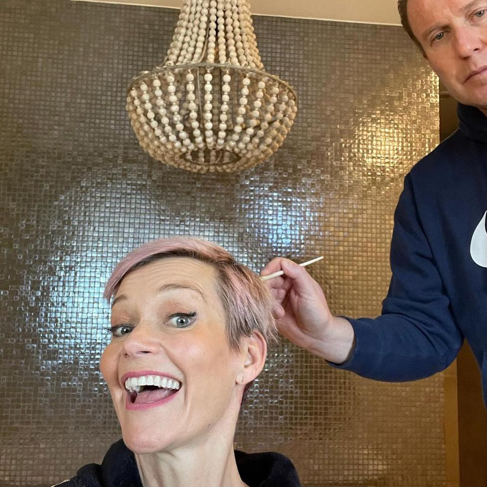 Jessica Rowe gets husband Peter Overton to dye her hair