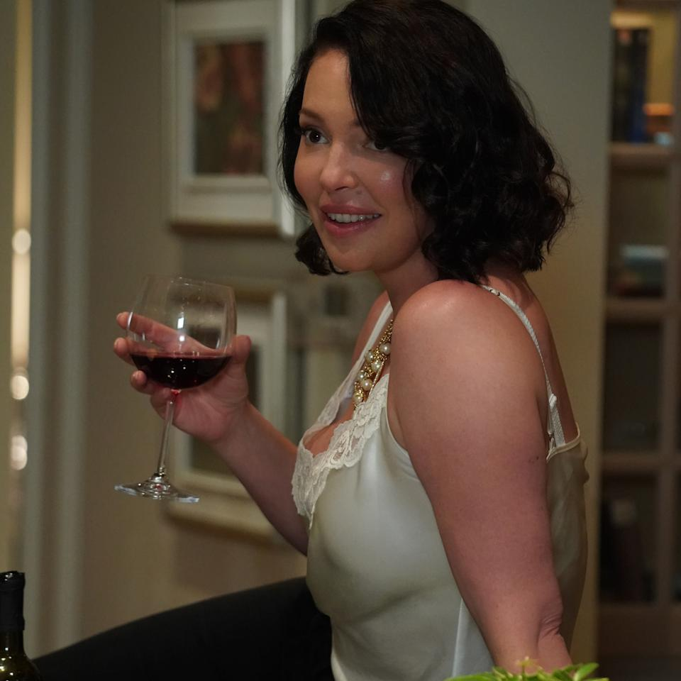 Tully (Katherine Heigl) demonstrates the best (only?) way to enjoy Firefly Lane: half cut. Photo: Netflix