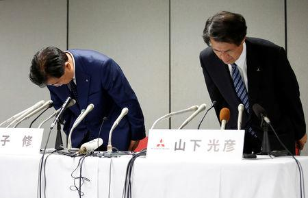 Mitsubishi Motors Corp's Chairman and Chief Executive Officer Osamu Masuko (L) and Head of Research and Development Mitsuhiko Yamashita bow their heads to apologize over the company's mileage scandal at a news conference in Tokyo, Japan August 30, 2016.  REUTERS/Kim Kyung-Hoon