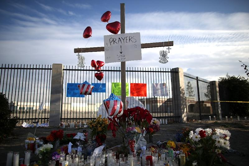 A view of a makeshift memorial near the Inland Regional Center on December 4, 2015 in San Bernardino, California (AFP Photo/Justin Sullivan)