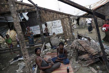 Rohingya people pass their time in a damaged shelter in Rohingya IDP camp outside Sittwe, Rakhine state on August 4, 2015.  REUTERS/Soe Zeya Tun