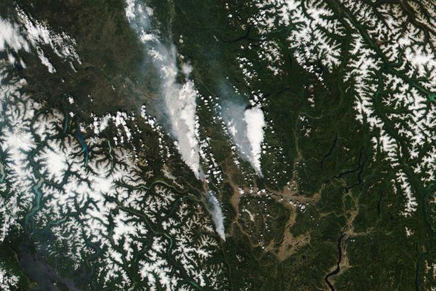 epa09316835 A handout satellite image made available by the National Aeronautics and Space Administration (NASA) shows the McKay Creek fire (L), the Sparks Lake fire (R) and smaller fire (C, bottom), visible just south of the town of Lytton, British Columbia (BC), Canada, 30 June 2021 (issued 02 July 2021). More than 40 wildfires were burning across the Canadian province by the end of June 2021, according to data released by the BC Wildfire Service. A heatwave has hit Canada and north-west USA sending temperatures to dangerous highs.  EPA/NASA HANDOUT  HANDOUT EDITORIAL USE ONLY/NO SALES (Photo: NASA HANDOUTEPA)