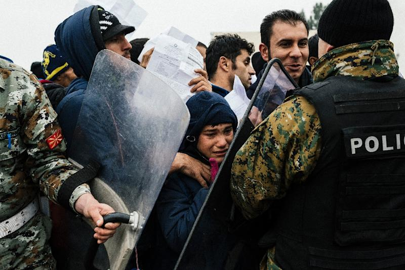 Migrants and refugees are pushed back by police as they try to cross the Greek-Macedonian border near Gevgelija on November 20, 2015 (AFP Photo/Dimitar Dilkoff)