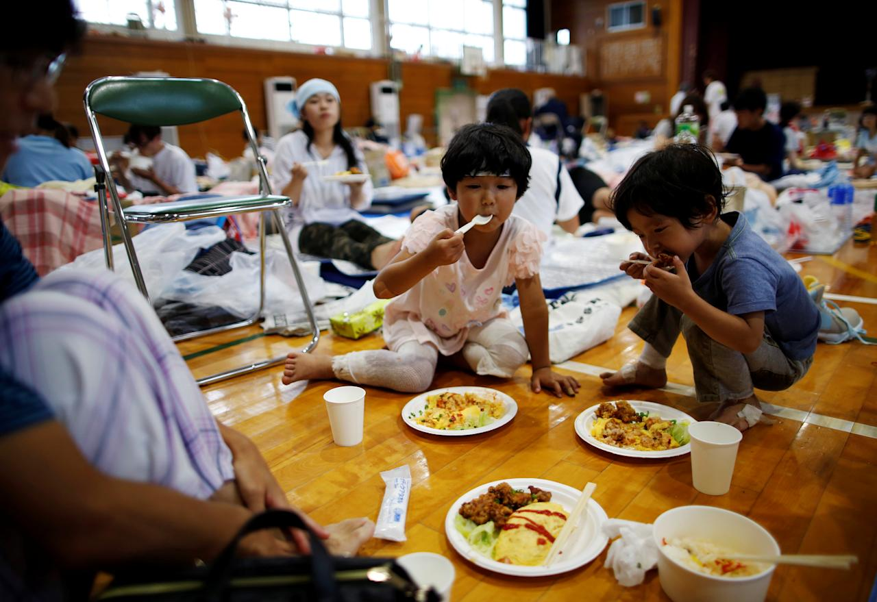 <p>Evacuee Miyo Takeuchi, 7, eats a meal with her family at Okada elementary school, which is acting as an evacuation center, in Mabi town in Kurashiki, Okayama Prefecture, Japan, (Photo: Issei Kato/Reuters) </p>