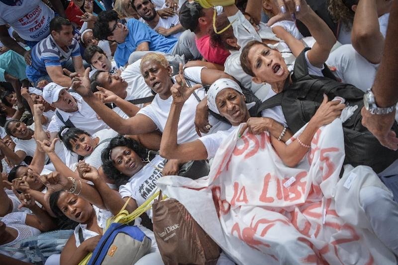 """Members of dissident group """"Ladies in White"""", wives of former political prisoners, protest on March 20, 2016 in Havana"""