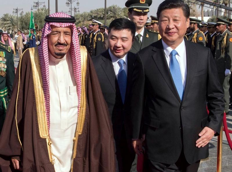 Saudi King Salman bin Abdelaziz (L) escorts Chinese President Xi Jinping upon his arrival in Riyadh, on January 19, 2016 (AFP Photo/-)