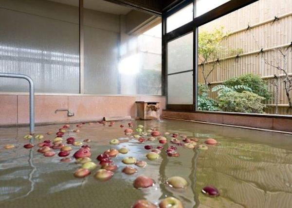 ▲ Lots of apples floating in the tub. In the case of day-trip bathers this bath is only for the use of women.