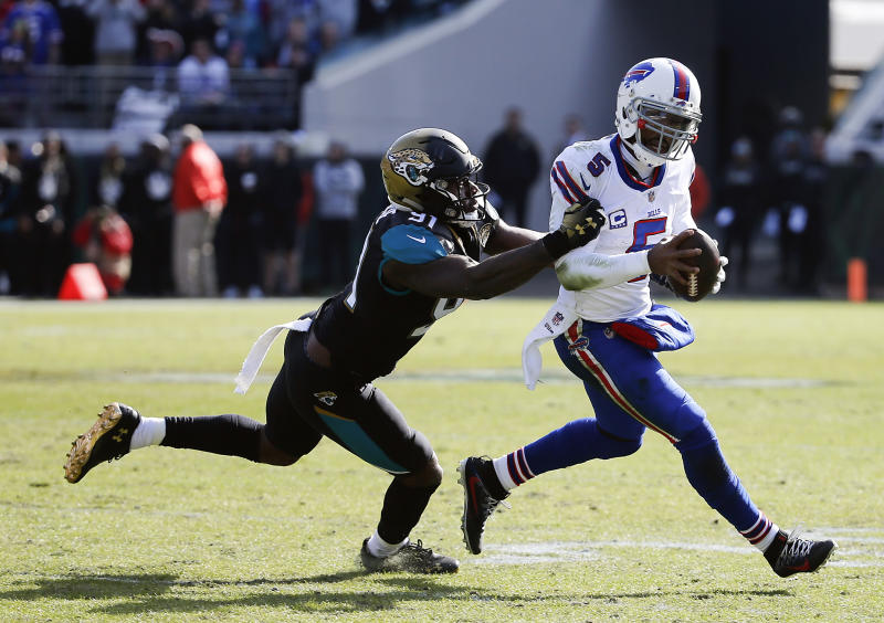 Jacksonville Jaguars defensive end Yannick Ngakoue (91) tries to stop Buffalo Bills quarterback Tyrod Taylor. (AP)