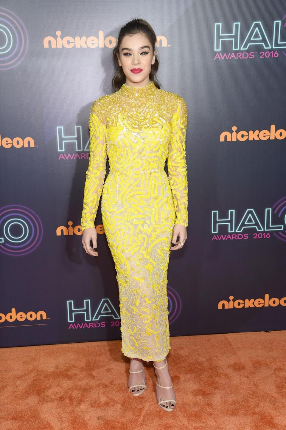 <p>Hailee shone in a bright yellow embellished dress and nude sandals. <i>[Photo: Getty]</i> </p>