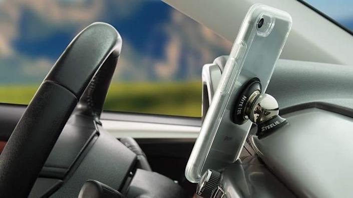Go hands-free with this innovative dash mount.