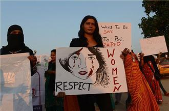 India rape victim 'takes turn for worse'