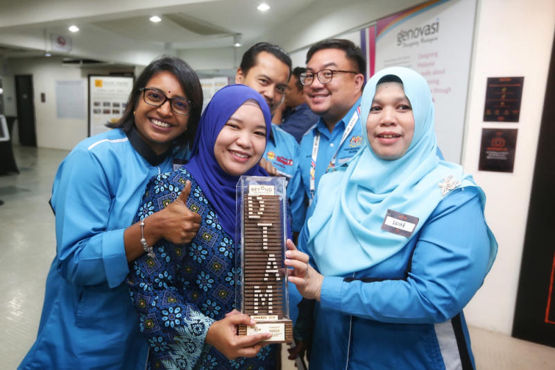 Selangor Health Department tuberculosis (TB) and leprosy unit former chief Dr Punitha Makeswaran (far left) along with the rest of the department showing of their DTAM's Future Forward Award.