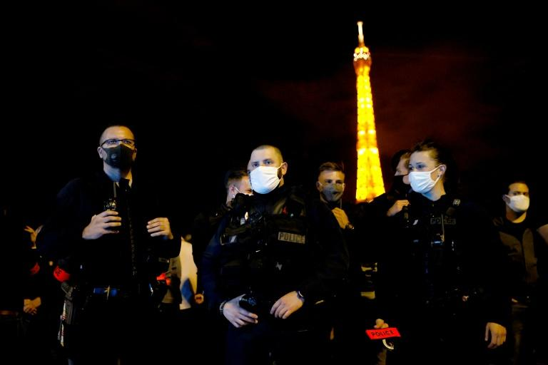Several hundred police staged a second night of demonstrations in Paris after the president's address (AFP Photo/Thomas SAMSON )