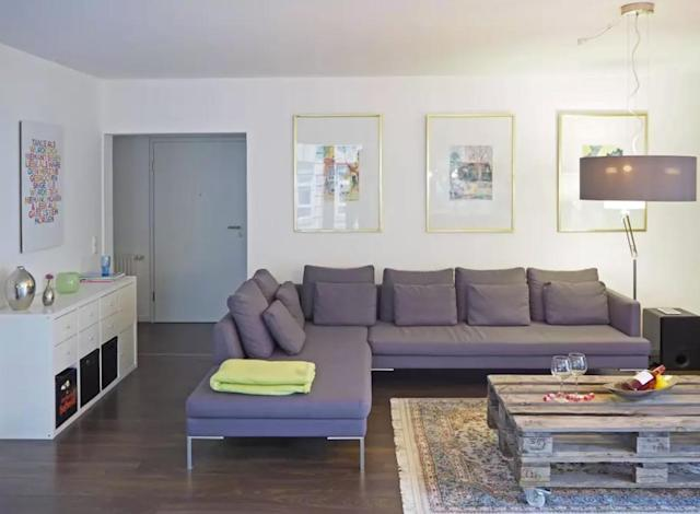 <p>Here's another view of the living room. There's plenty of space to unwind and enjoy your stress-free vacay. (Airbnb) </p>